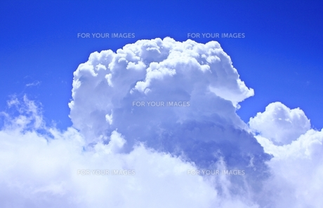 富士山山頂にて もくもく発生するきのこのような雲の写真素材 [FYI00156175]