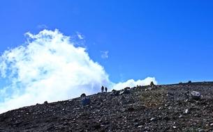 富士登山 山頂お鉢巡りの途中 の写真素材 [FYI00156178]