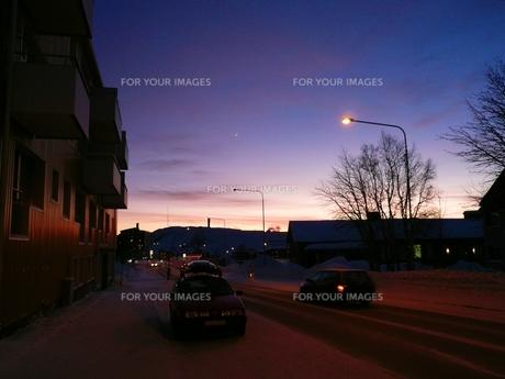 北欧 スウェーデン キールナの街の夕闇の写真素材 [FYI00156215]