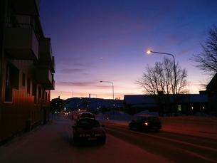 北欧 スウェーデン キールナの街の夕闇の素材 [FYI00156215]