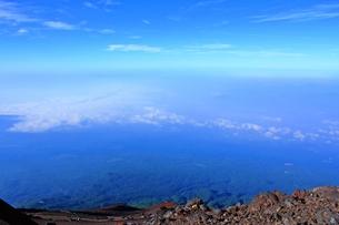 富士山山頂から 雲海と樹海が広がるの写真素材 [FYI00156222]