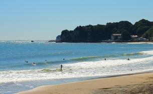 10月の勝浦の海でサーフィンの写真素材 [FYI00156223]