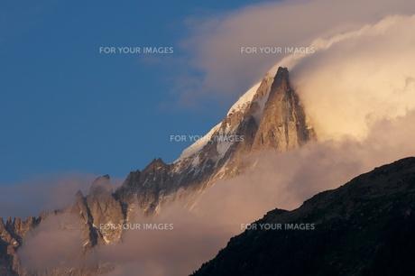 夕日に輝くドリュ針峰の写真素材 [FYI00156312]