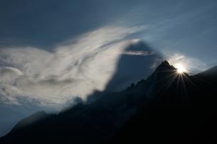 ドリュ針峰夜明けの写真素材 [FYI00156334]