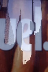 ガラスに映るエンパイヤステートビルの写真素材 [FYI00156403]