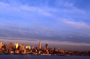 夕日に染まるマンハッタンの写真素材 [FYI00156412]