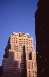 日の当る高層ビルの写真素材 [FYI00156430]