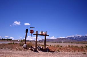 荒野の郵便ポストの写真素材 [FYI00156435]