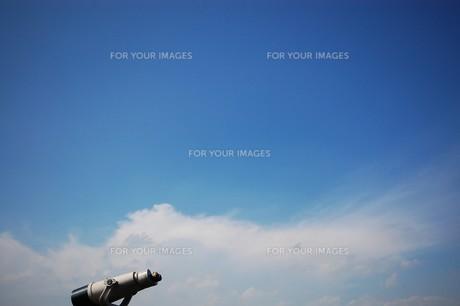 双眼鏡と青空の写真素材 [FYI00156612]