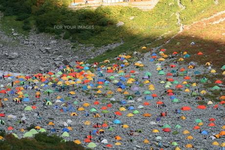 山岳地帯のテント群の写真素材 [FYI00156629]