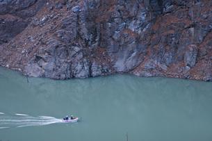 ダムを走るボートの写真素材 [FYI00163707]