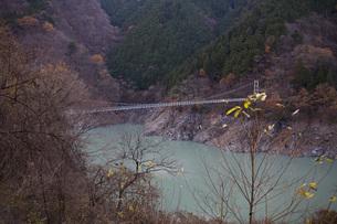 ダムにかかる橋の写真素材 [FYI00163724]