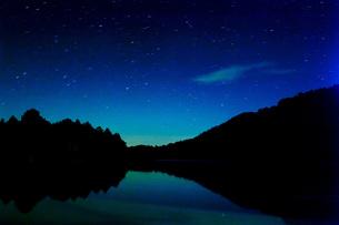湖の夜景の写真素材 [FYI00163731]
