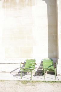 公園の2脚の椅子(日向にて)の写真素材 [FYI00164259]