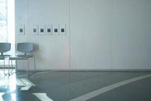 椅子と差し込む日差しの写真素材 [FYI00164363]
