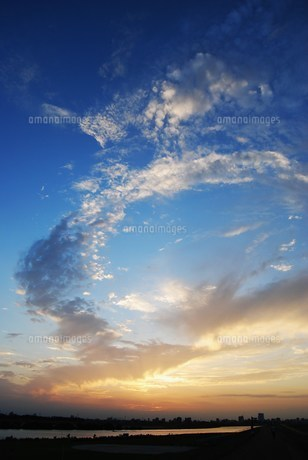 夏の夕焼けの写真素材 [FYI00164531]