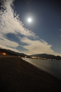 月明かりの浜辺の写真素材 [FYI00164573]