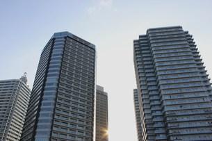 青空に伸びる高層マンションの写真素材 [FYI00164629]