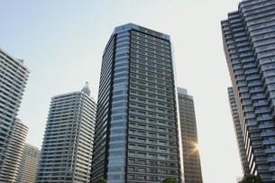 夕陽に輝く高層ビルの写真素材 [FYI00164635]
