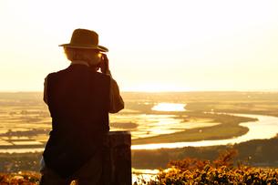 平野を撮影しているおじさんの写真素材 [FYI00164676]