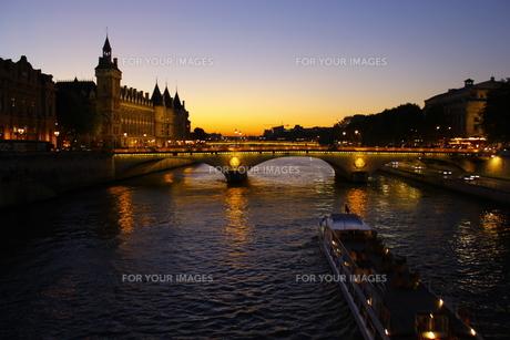 セーヌ川の夕暮れの写真素材 [FYI00164679]