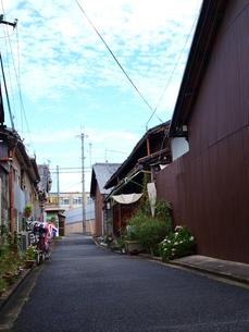 青空の見える路地の写真素材 [FYI00164702]