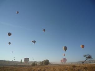 晴天の空へ飛び立つ気球の写真素材 [FYI00165090]