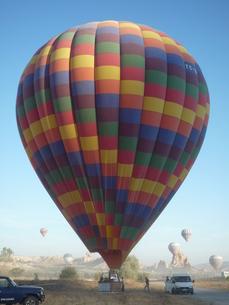 早朝、準備中の気球の写真素材 [FYI00165094]