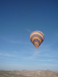 青空に浮かぶひとつの気球の写真素材 [FYI00165095]