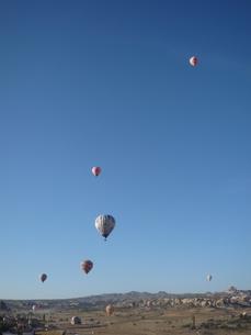 晴天の空へ昇る気球の写真素材 [FYI00165110]