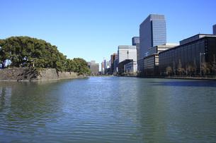 皇居のお堀と大手町ビル群の写真素材 [FYI00165780]