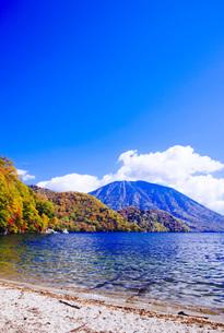 秋の日光中禅寺湖と男体山の写真素材 [FYI00166048]