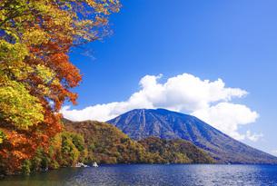 秋の日光中禅寺湖と男体山の写真素材 [FYI00166051]