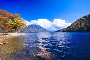 秋の日光中禅寺湖と男体山の写真素材 [FYI00166063]