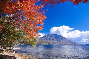 秋の日光中禅寺湖と男体山の写真素材 [FYI00166067]