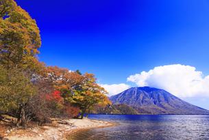 秋の日光中禅寺湖と男体山の写真素材 [FYI00166074]