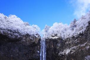 栃木県・日光華厳の滝の雪景色の写真素材 [FYI00166087]