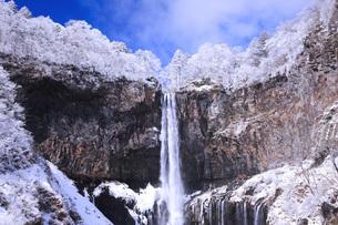栃木県・日光華厳の滝の雪景色の写真素材 [FYI00166089]