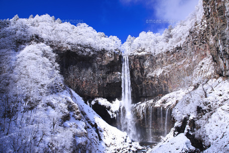 栃木県・日光華厳の滝の雪景色の写真素材 [FYI00166092]