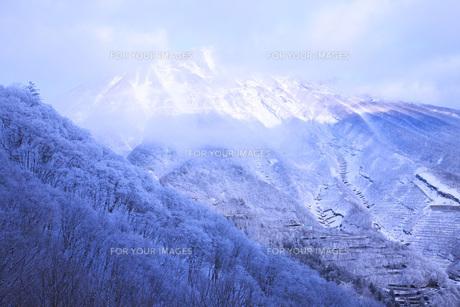 早朝の日光男体山雪景色の素材 [FYI00166093]