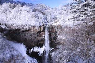 栃木県・日光華厳の滝の雪景色の写真素材 [FYI00166094]