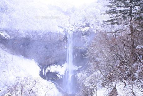 栃木県・日光華厳の滝の雪景色の写真素材 [FYI00166103]