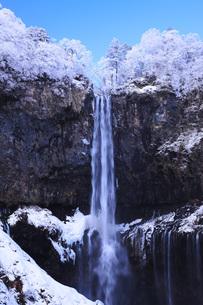 栃木県・日光華厳の滝の雪景色の写真素材 [FYI00166104]