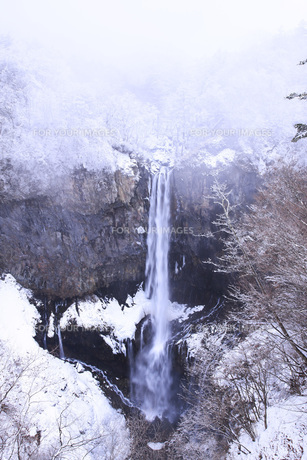 栃木県・日光華厳の滝の雪景色の素材 [FYI00166106]