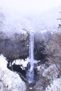 栃木県・日光華厳の滝の雪景色の写真素材 [FYI00166106]