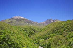 新緑の那須高原・那須連山を望むの写真素材 [FYI00166136]