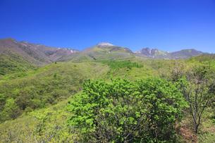 新緑の那須高原・那須連山を望むの写真素材 [FYI00166140]