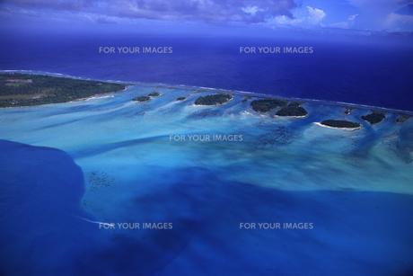 タヒチ・ボラボラ島 ヘリコプターから見た珊瑚礁の写真素材 [FYI00166157]
