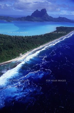 タヒチ・ボラボラ島 ヘリコプターから見た珊瑚礁の写真素材 [FYI00166159]