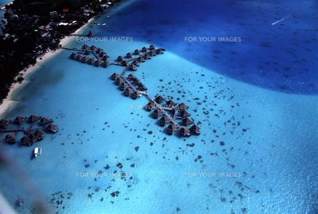 タヒチ・ボラボラ島 ヘリコプターから見た水上コテージの写真素材 [FYI00166184]